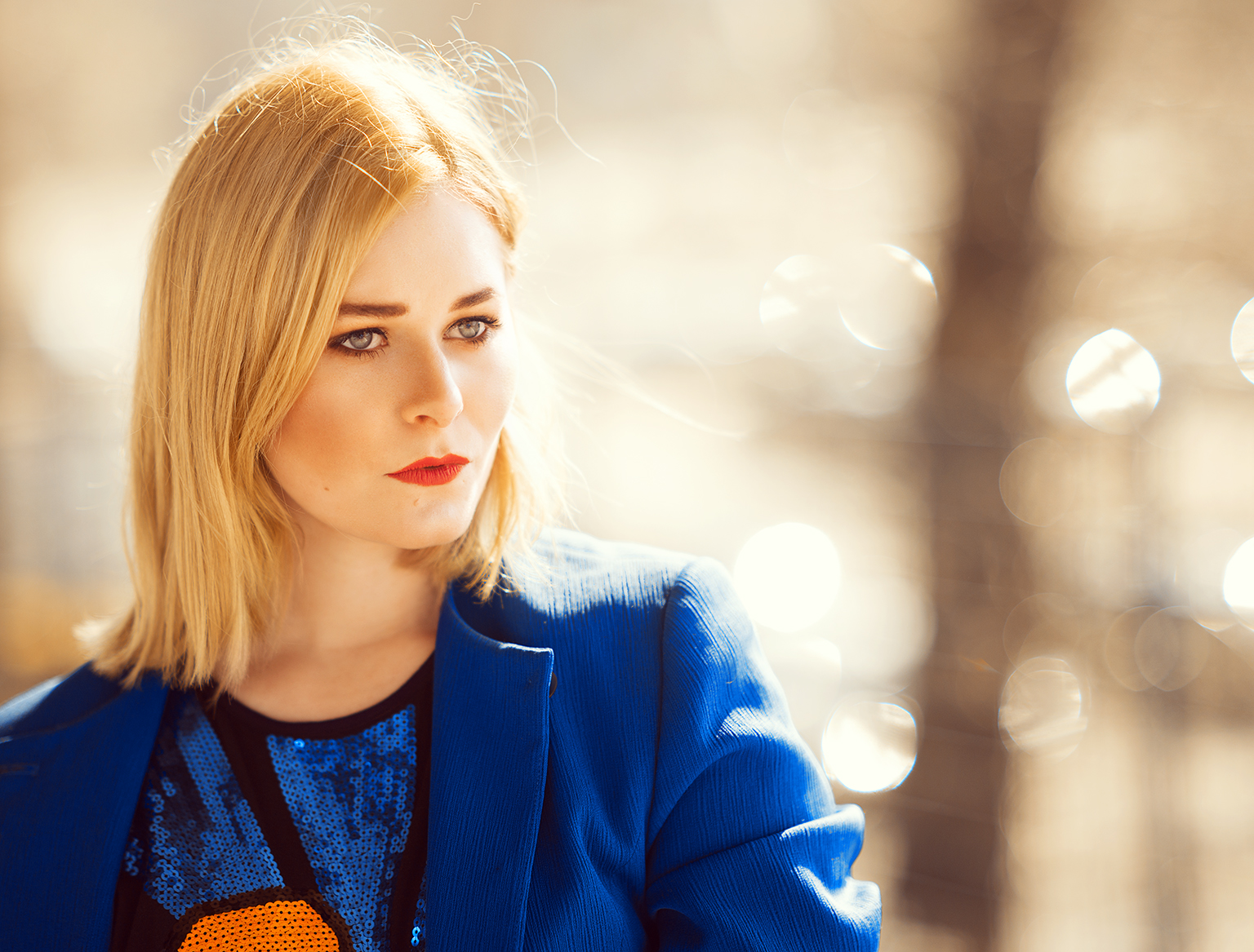 portrait-christina-key-mit-blauem-blazer