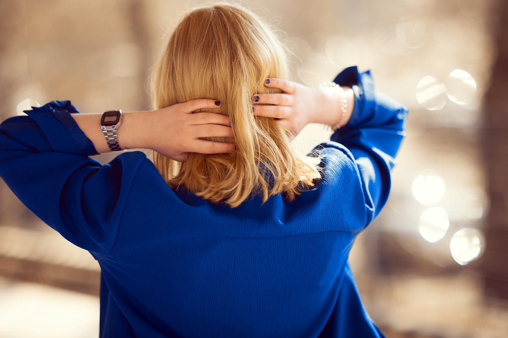 royal-blauer-blazer-im-80er-look