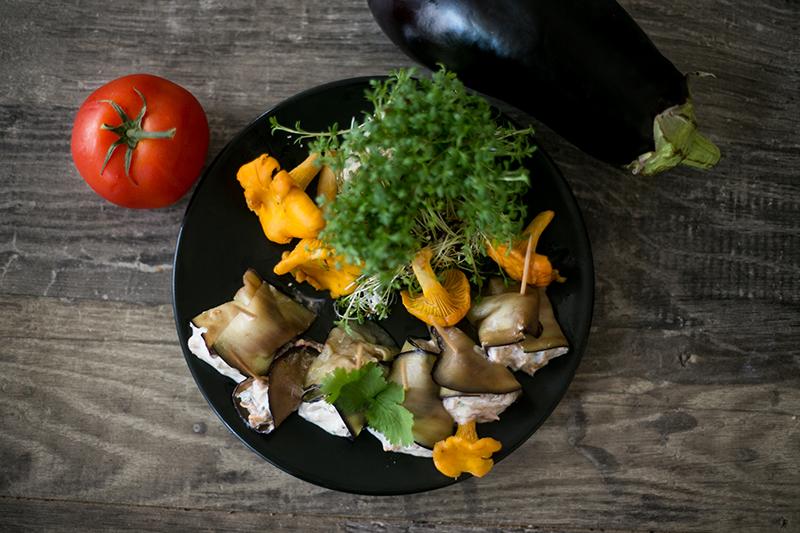 Auberginen Röllchen mit Pfifferlingen, Tomaten, Kresse und Koriander