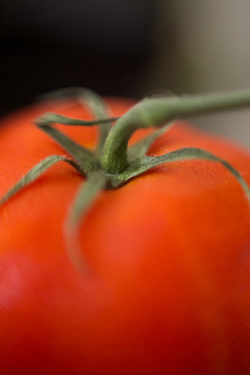 Tomate mit Grün. Makroaufnahme