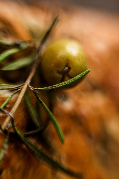 Olive und Rosmarin auf dem Feta Walnuss Brot