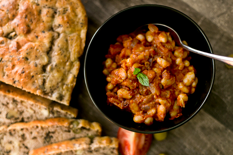 Feta Walnuss Brot mit Bohnen Ragout
