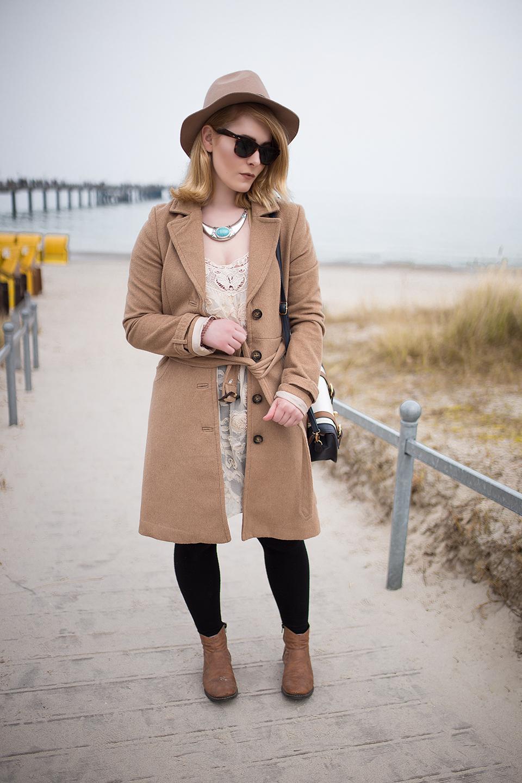 Schöner Herbst Look mit Mantel und Hut Ton in Ton in beige