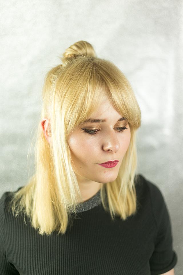 Haare mit Dutt blond und glatt