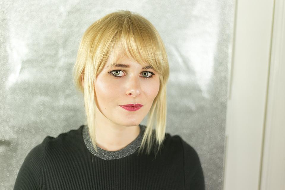 Schicke Frisur mit schulterlangen glatten Haaren in Blond mit Strähnen im Gesicht