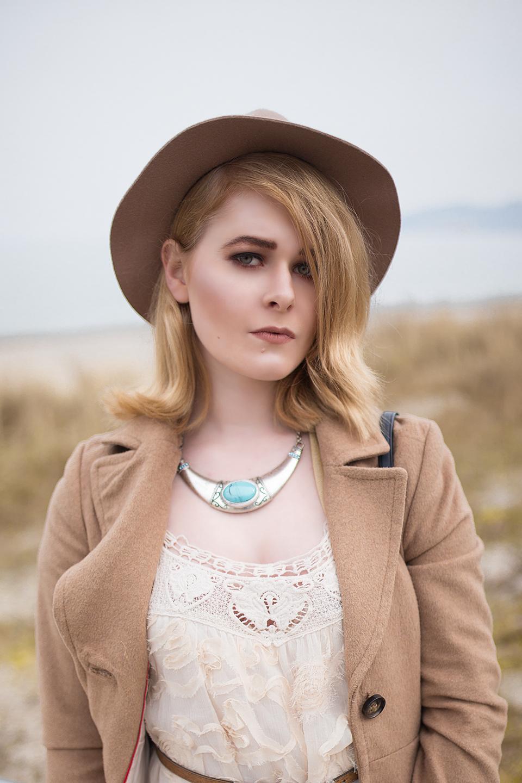 Spitzenkleid in creme kombiniert mit Herbst Mantel in braun und Hut