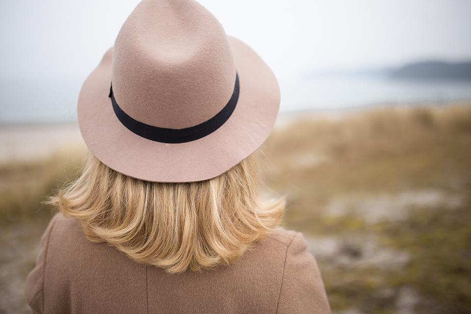 Blonde-Schulterlange-Haare-mit-Hut