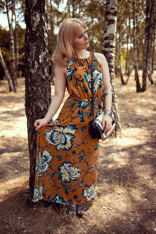 Braunes-Kleid-mit-blauen-Blumen