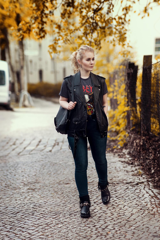 High-Waist-Jeans-schwarze-Leder-Weste-Outfit