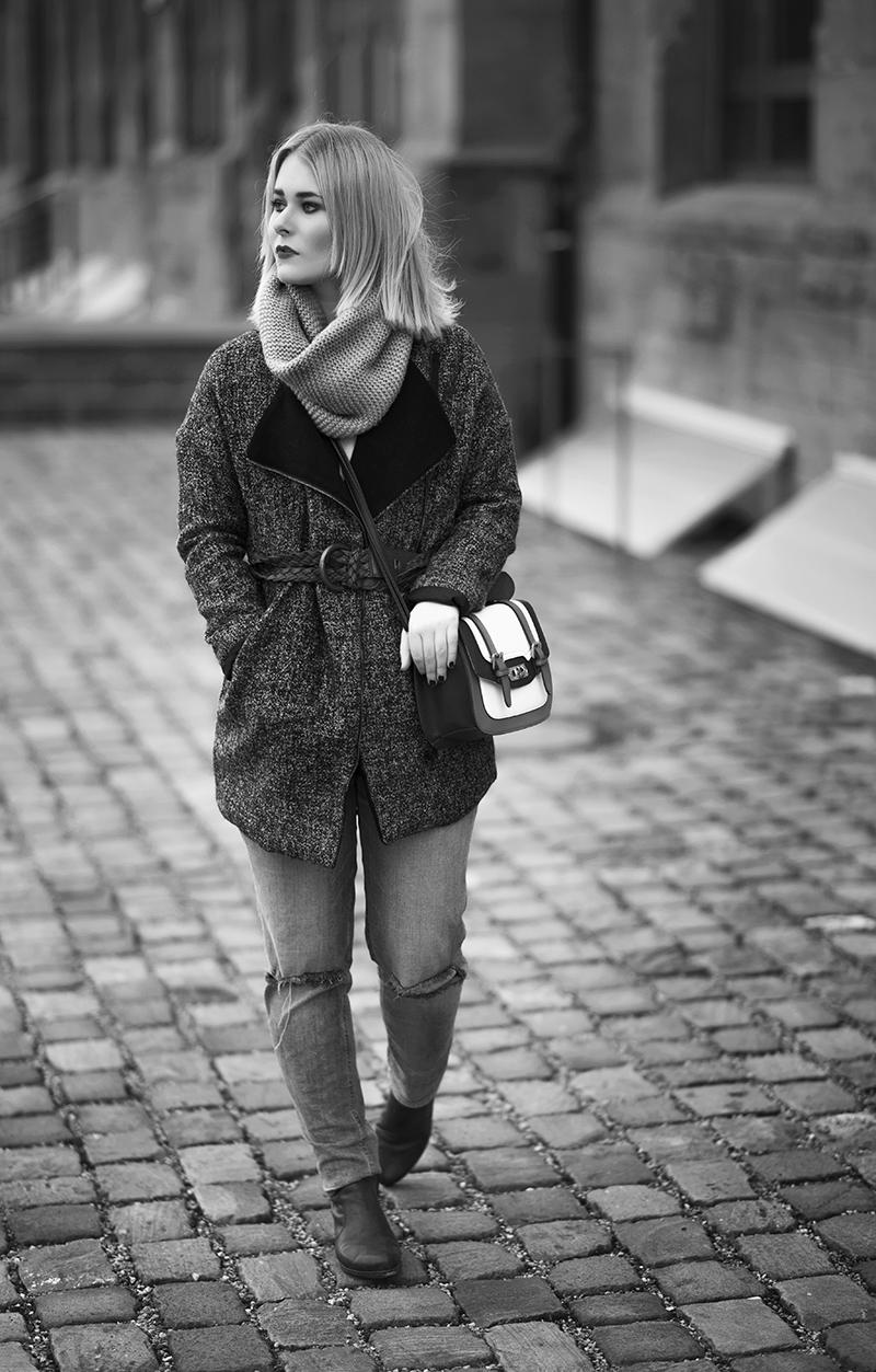 Langer mantel in grau/schwarz mit boyfriend jeans