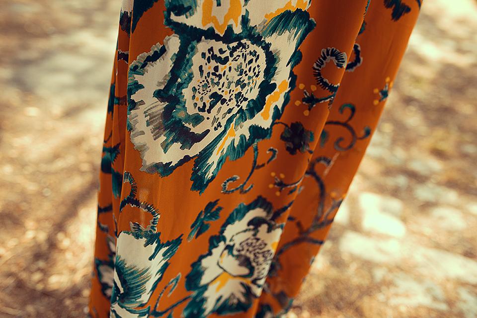 Kleid-mit-blauen-Blumen