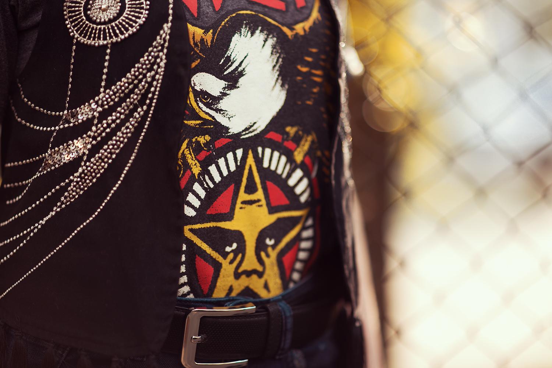 Motiv Shirt Obey und Perlenbestickte Weste