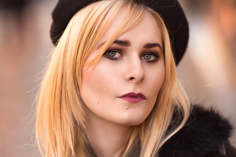 Schwarze Baskenmütze bei blonden Haaren
