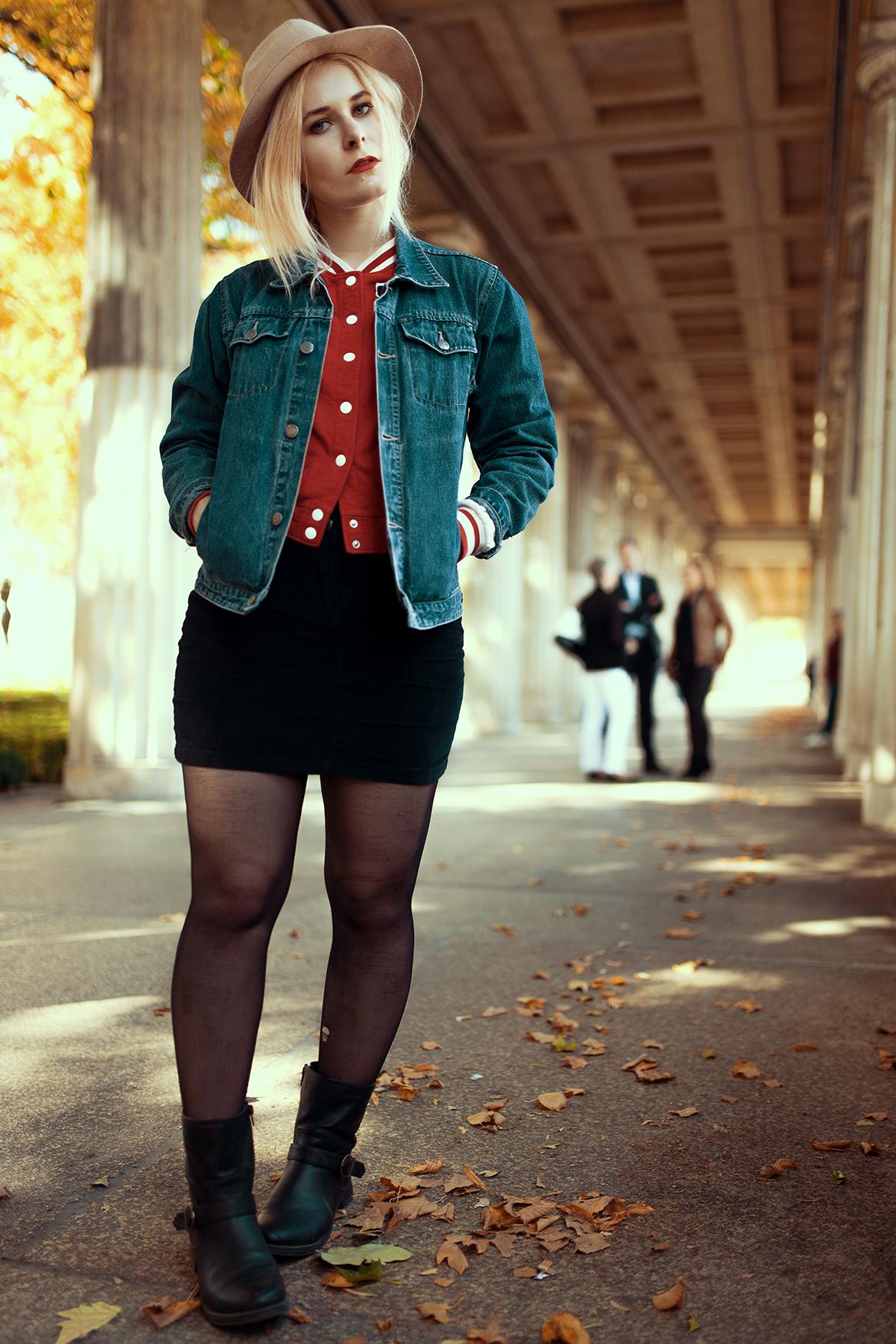 Die Wahlberlinerin Christina Key trägt einen Cord Mini Rock zur Baselballjacke und Hut