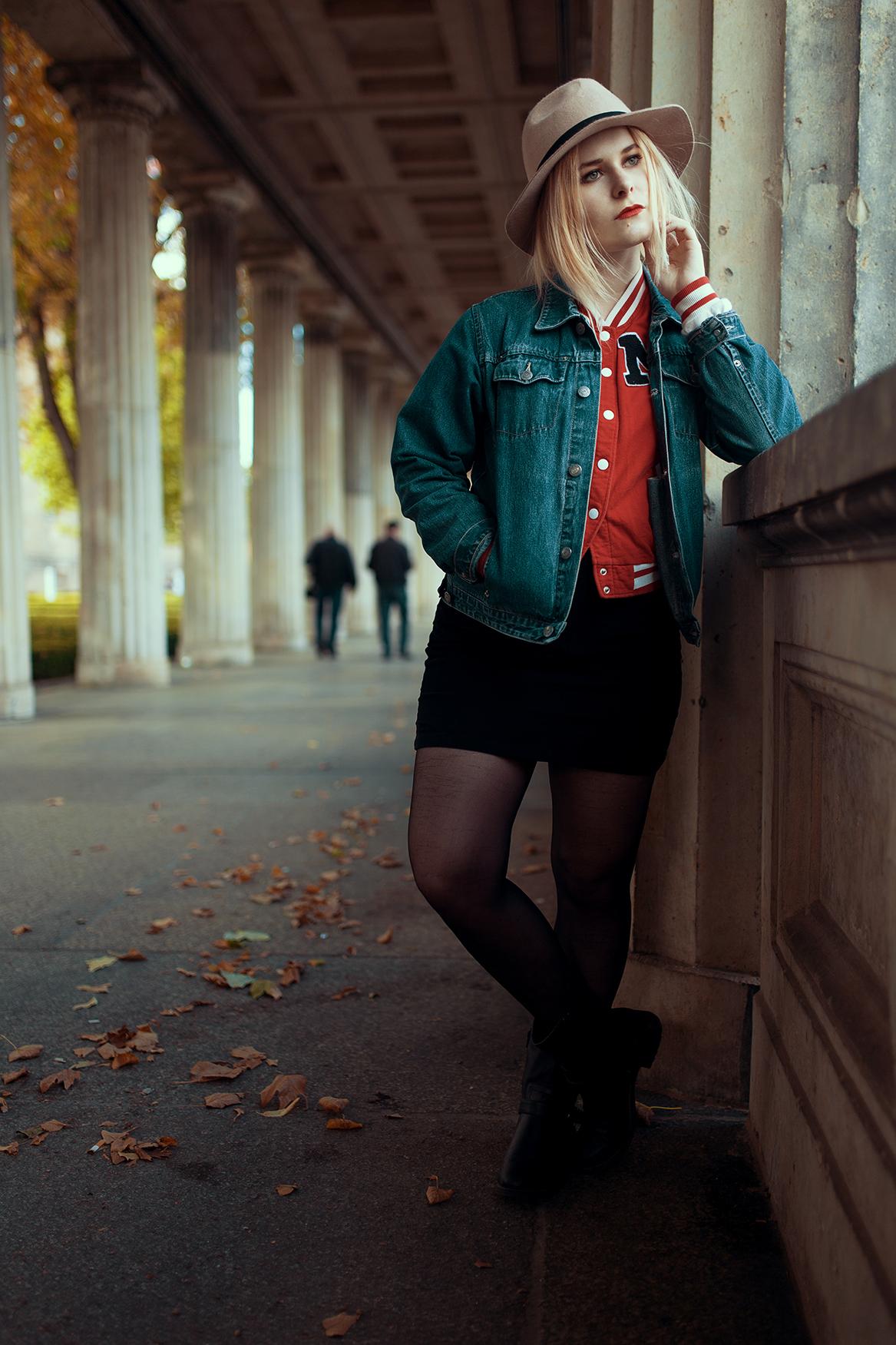 Rote Jacke und schwarzer Rock