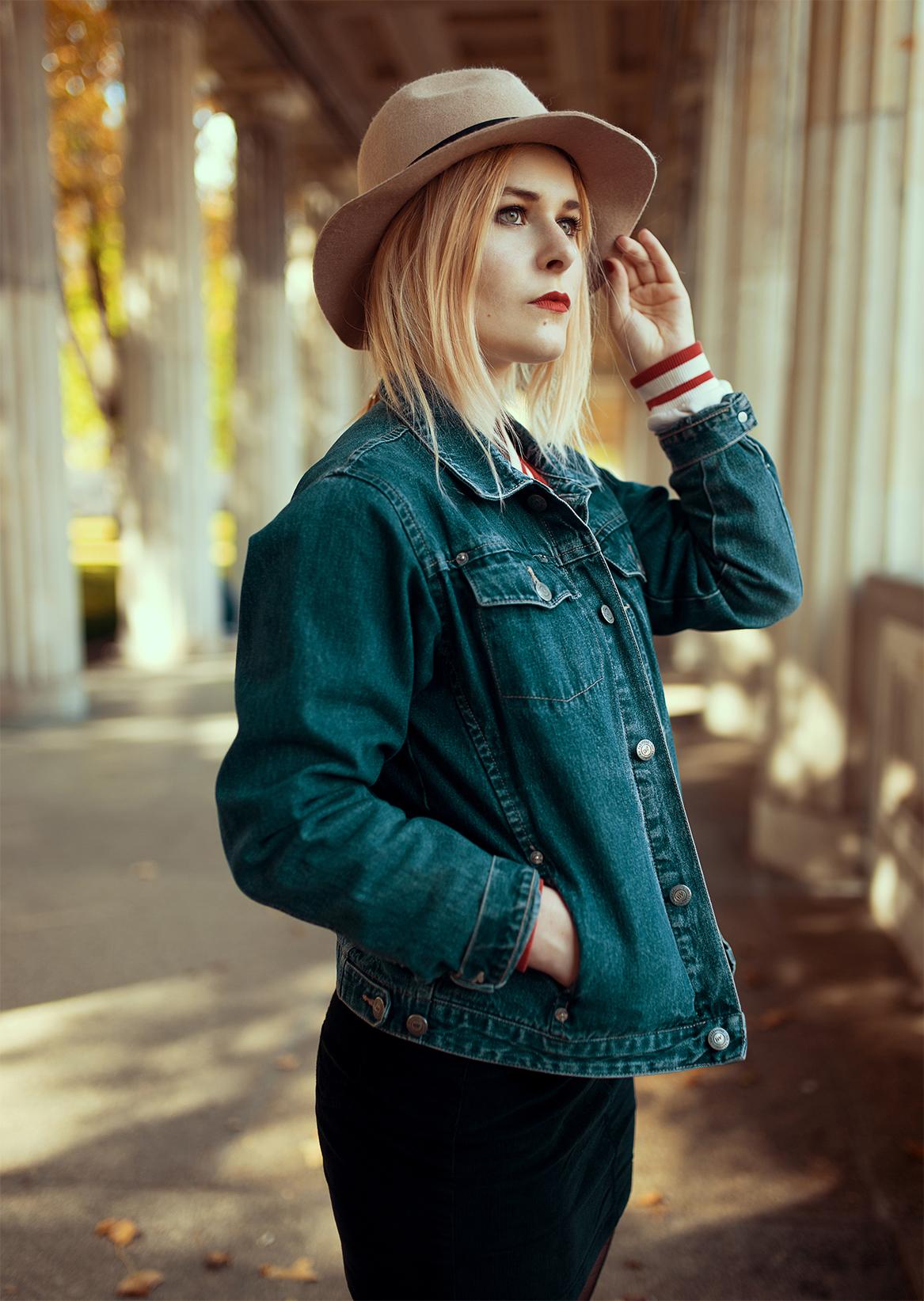 Herbst Outfit mit Jeansjacke und braunem Hut