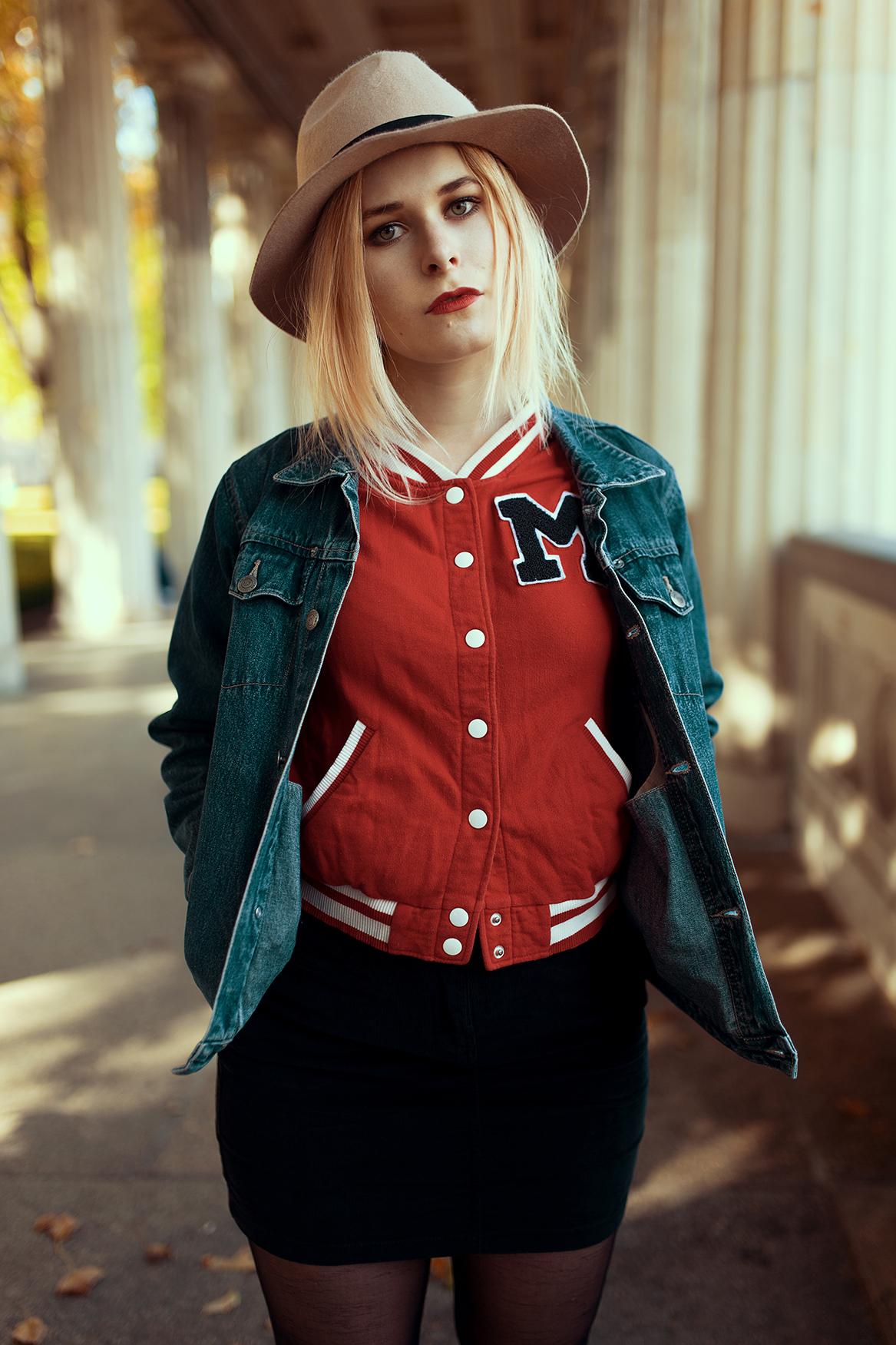 Schönes Herbst Outfit mit Baseball- und Jeansjacke zum Cord Mini-Rock