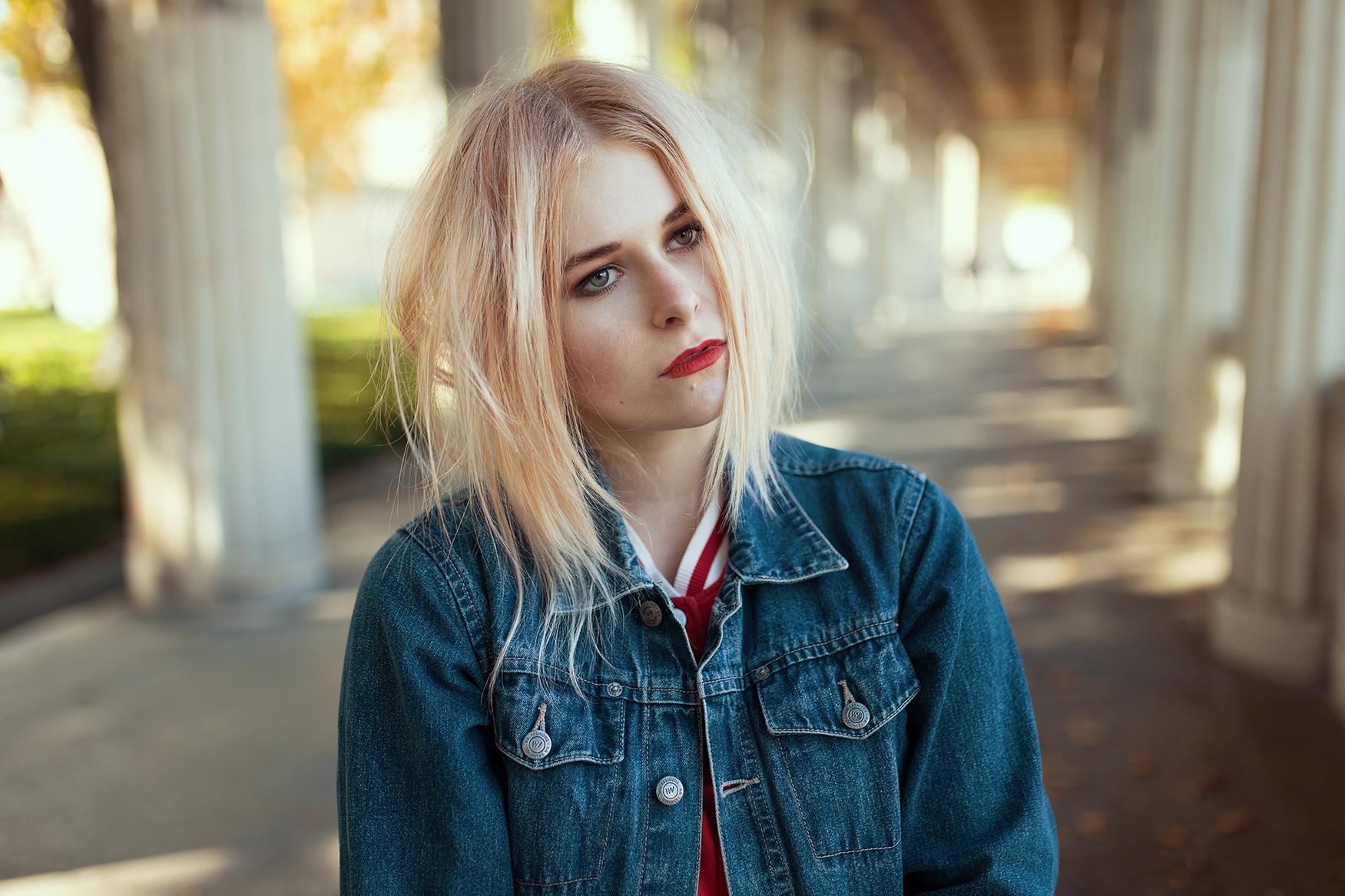 Blonde Haare mit rotem Lippenstift