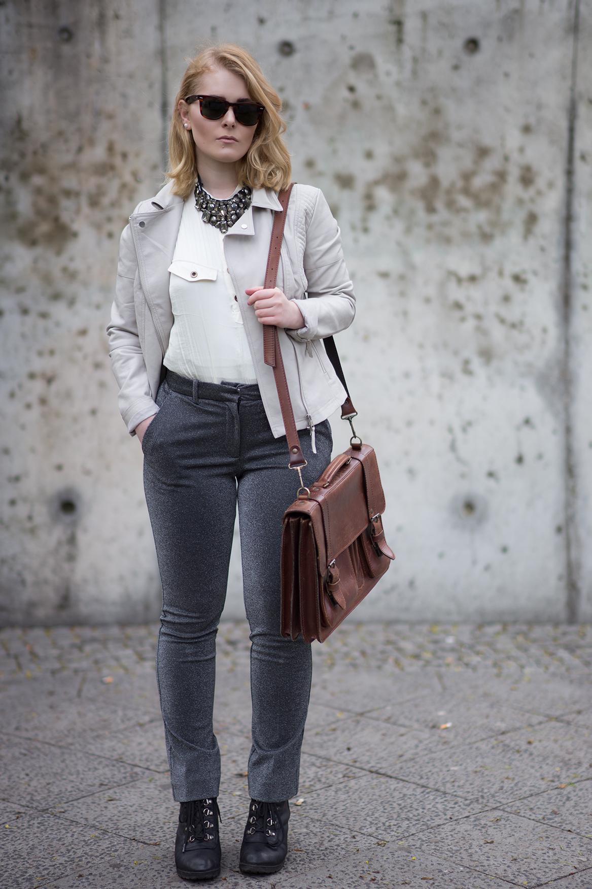 Herbst Look mit Glitzer Jeans, weißem Top und Lederjacke in grau