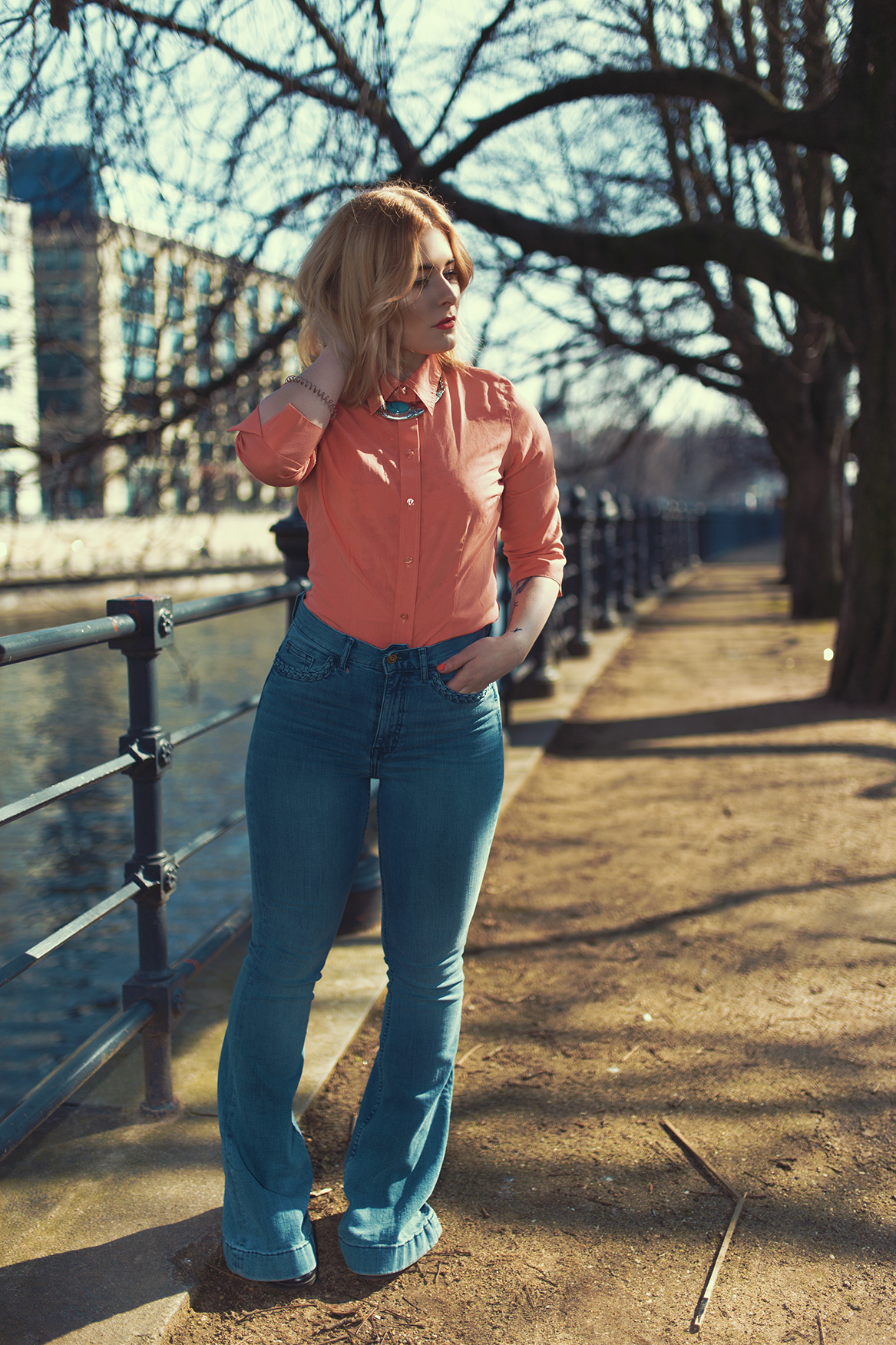 High Waisted Hose kombiniert mit Bluse in apricot, Streetstyle Berlin