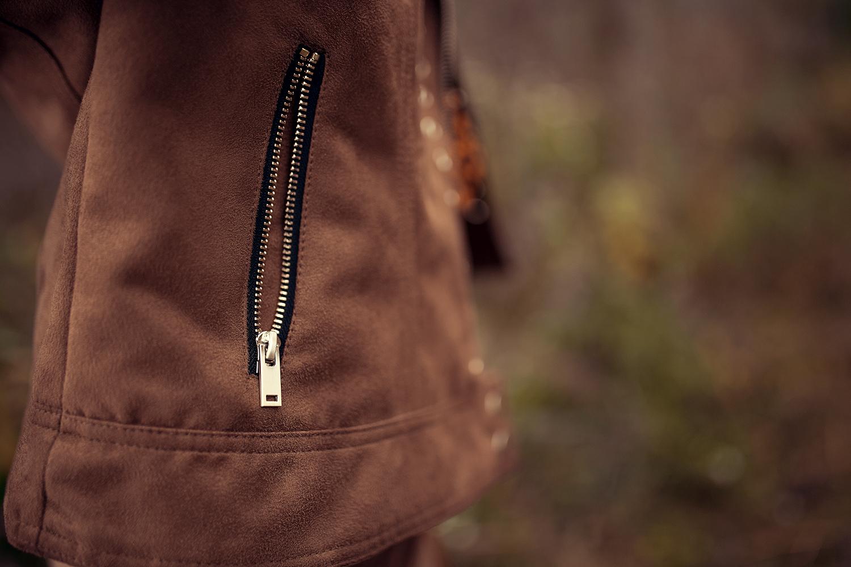 braune jacke mit silbernem reissverschluss