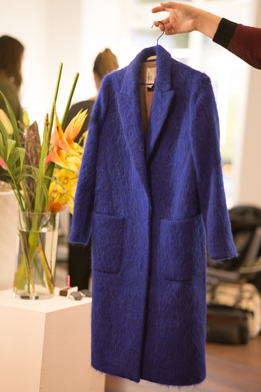 flauschiger-mantel-in-royal-blau