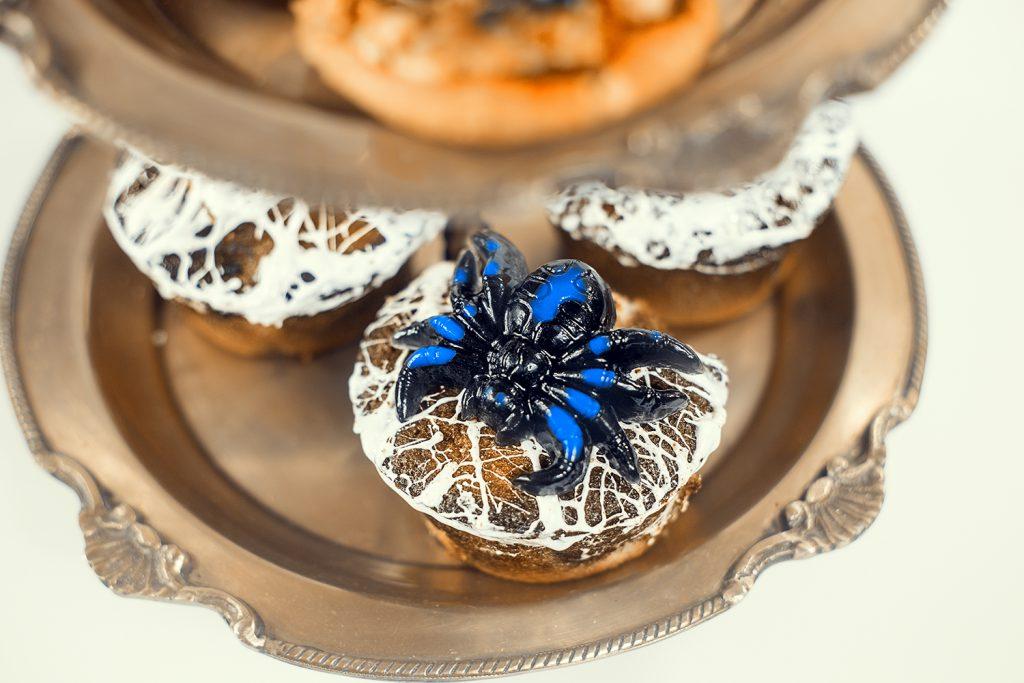 Muffins mit Spinnennetz. Rezeptidee für Halloween