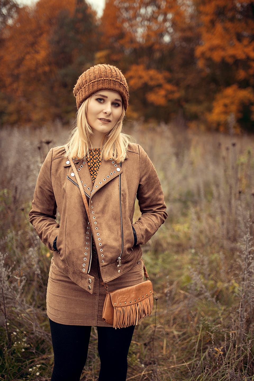 schoenes herbst outfit mit wildleder jacke braun