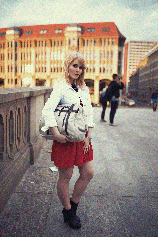 sexy-outfit-mit-rotem-minirock-und-gestreiftem-shirt