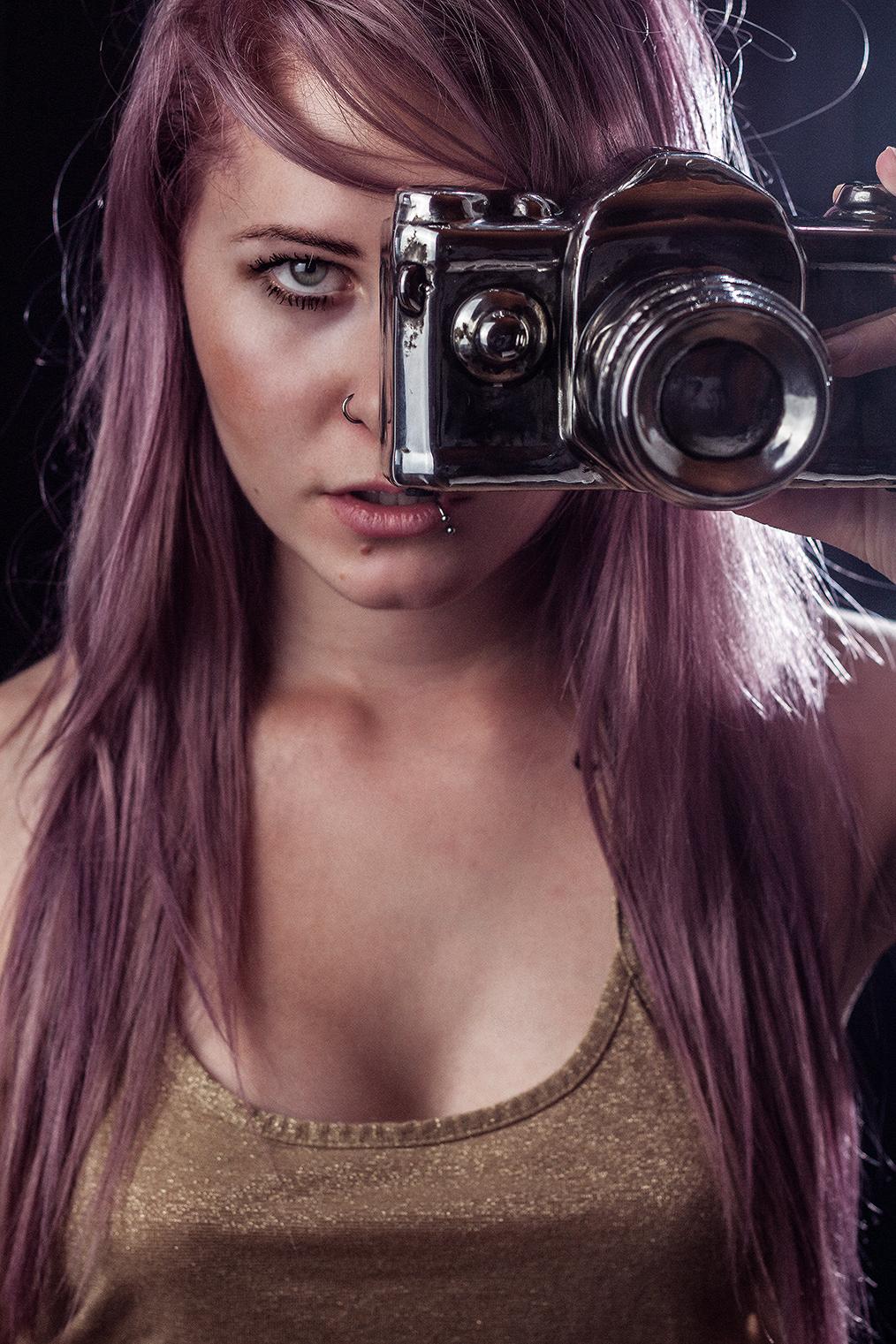frau mit lila haaren und kamera in der hand
