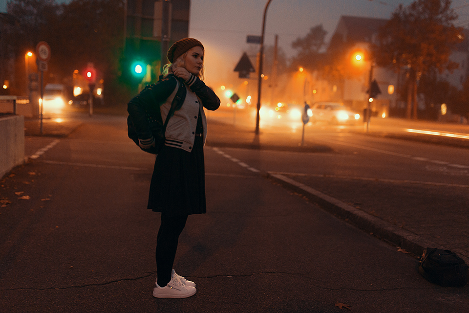 sale retailer e7f90 32b83 Spitzenrock mit Collegejacke & Sneaker - Kreative Fotografie ...