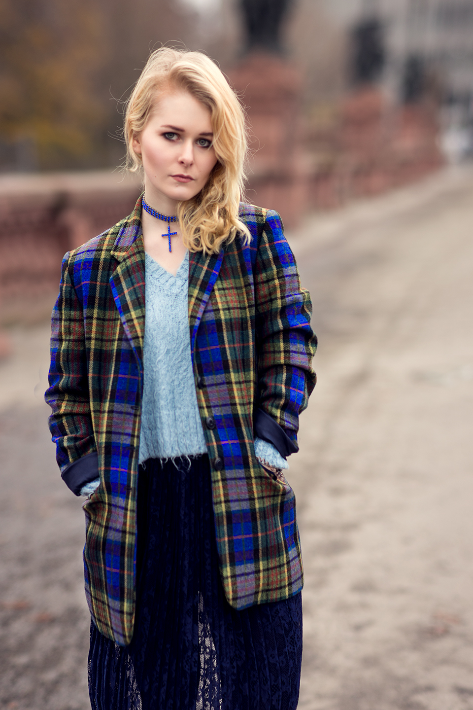 fashionbloggerin-christina-key-traegt-eine-karrierten-blazer