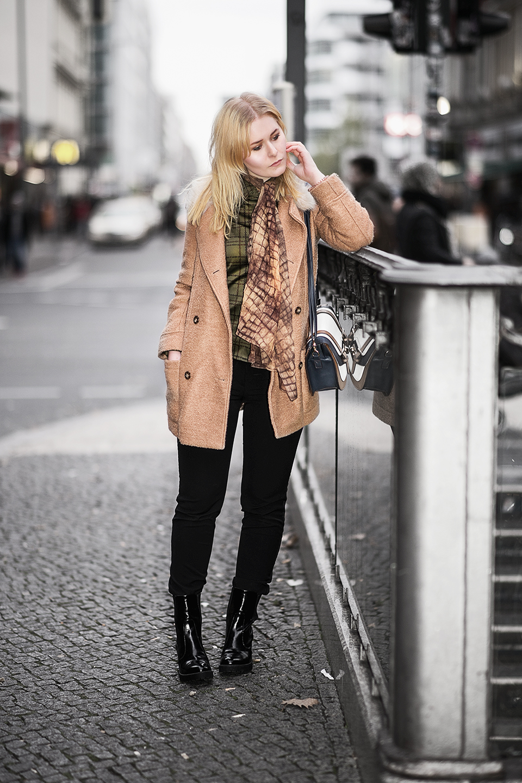 gruene-bluse-braune-jacke-damen