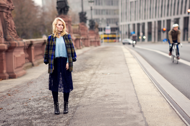 spitzenrock-retro-blazer-karriert-outfit