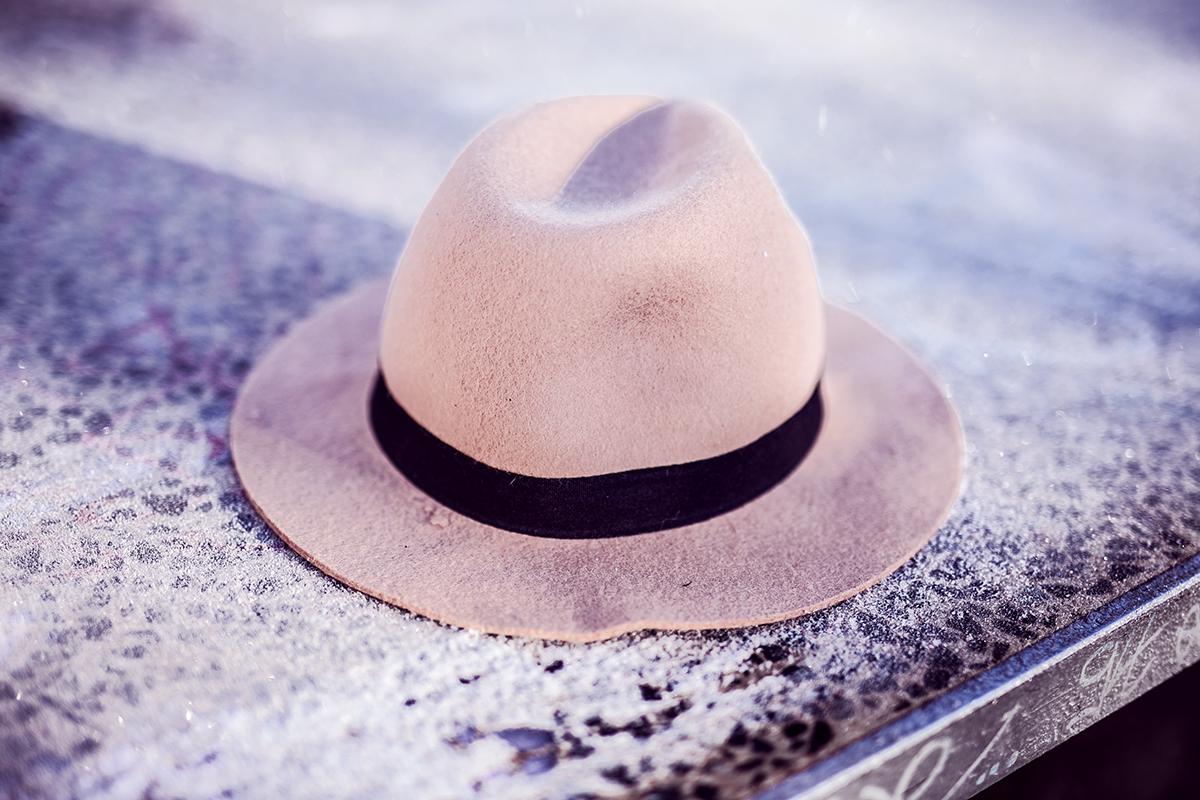 Hut mit schwarzem Band