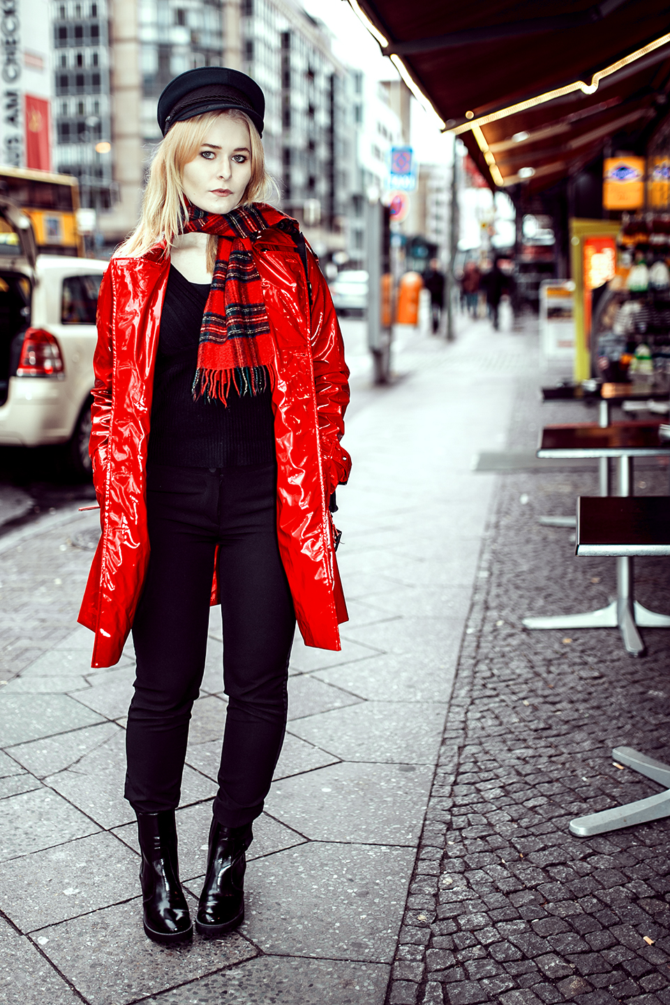 Outfit mit rotem Mantel