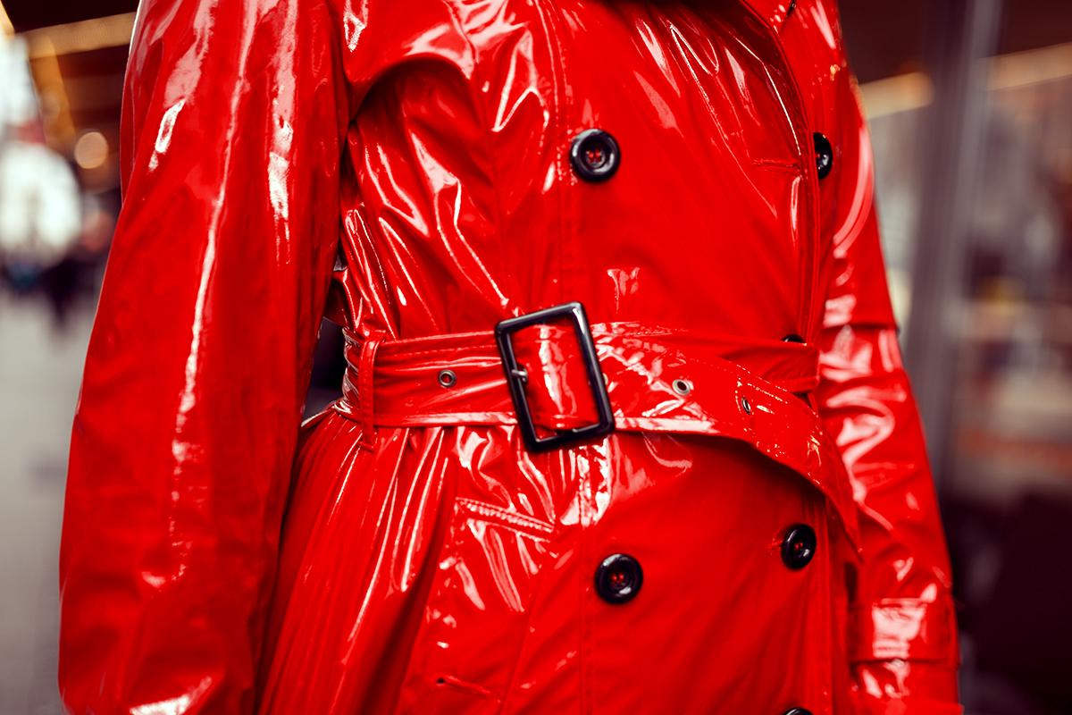 Roter Mantel aus Lack