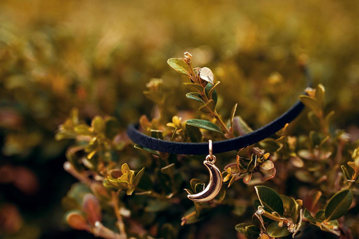 Enge Halskette 90er Style Halbmond