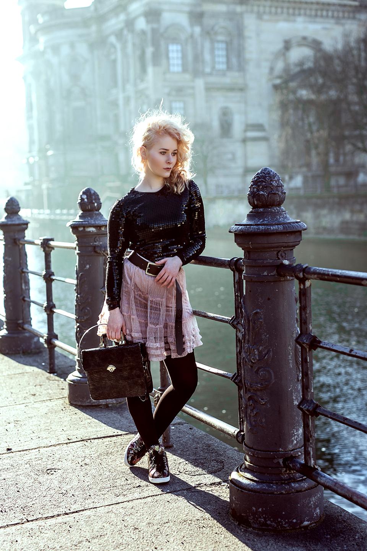 Rosa Spitzenrock mit Mantel
