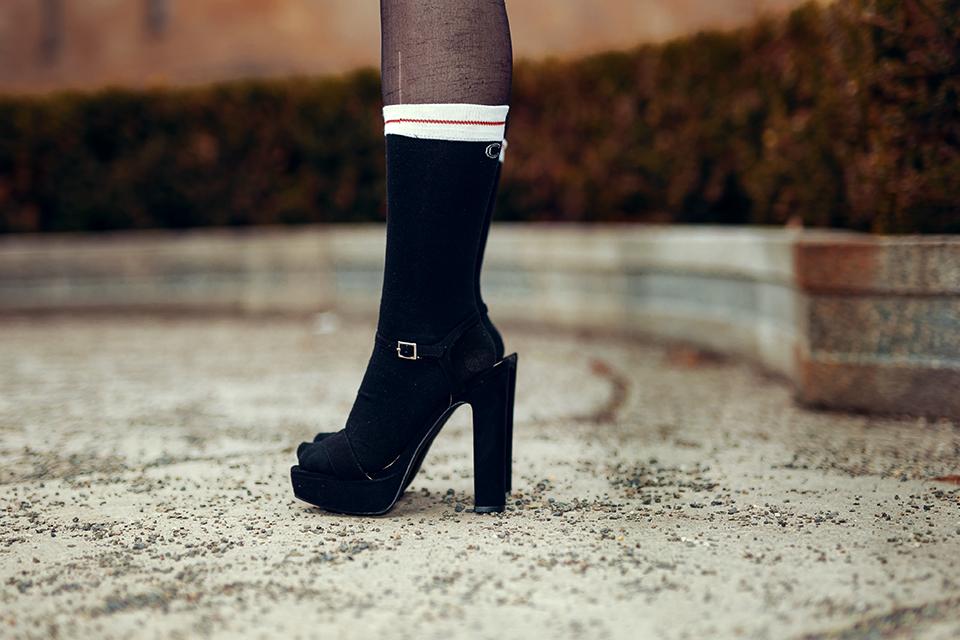 Schwarze Sandalen mit Socken