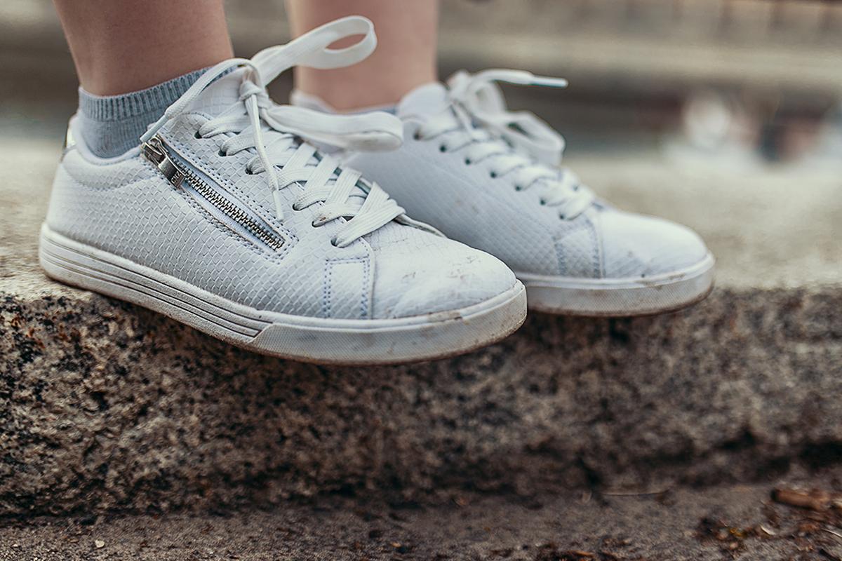 weiße sneaker seitlicher reißverschluss
