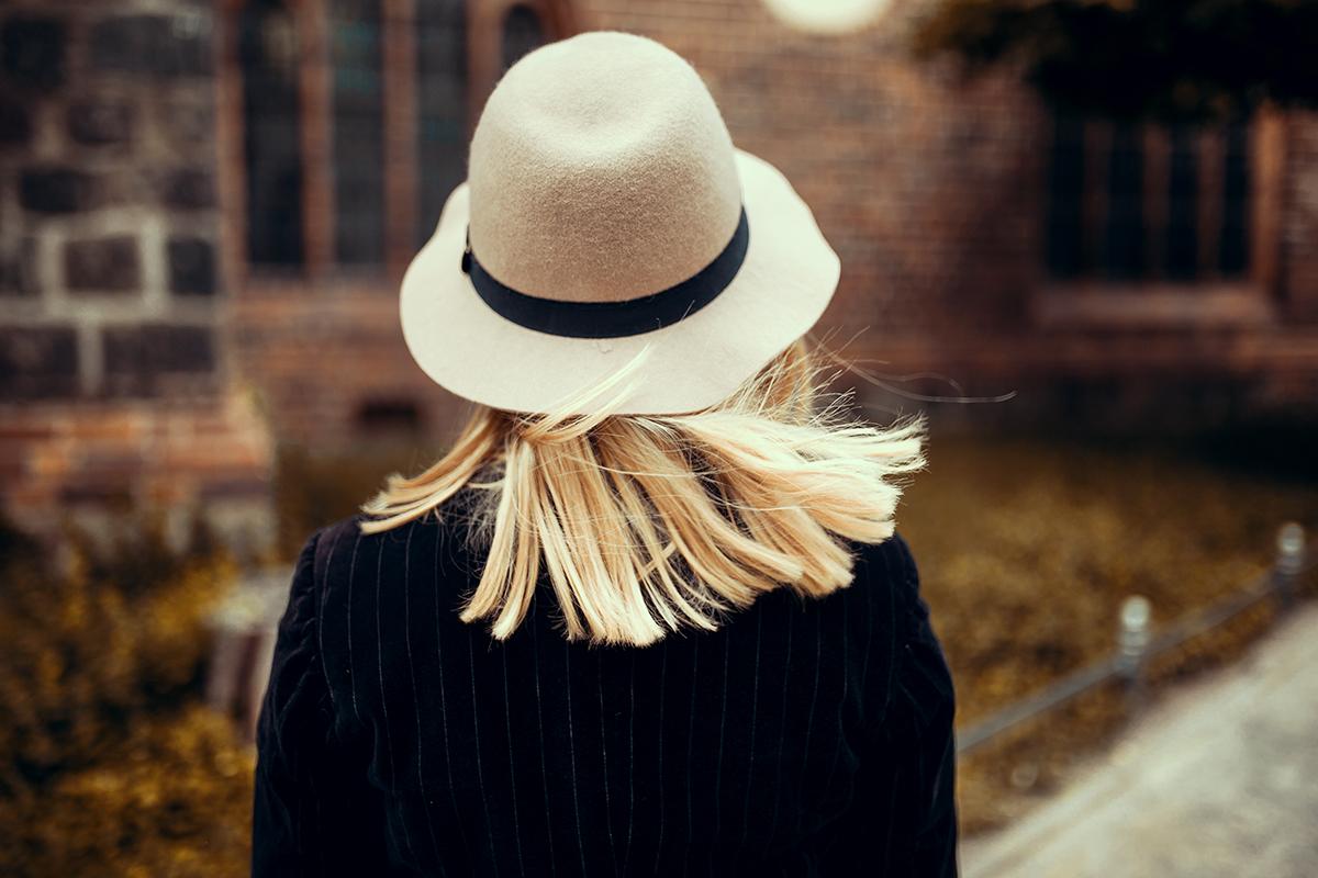 Beiger Hut mit schwarzem Band