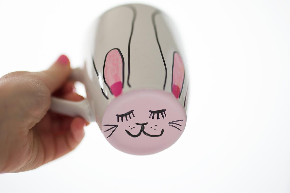 Weiße Tasse mit Hasengesicht
