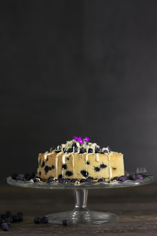 Saftiger Blaubeerkuchen mit weißer Schokolade