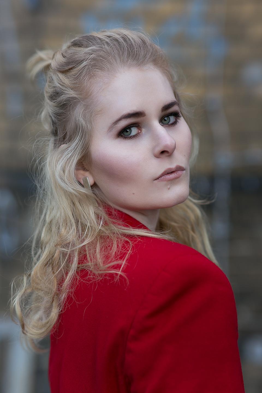 Bloggerin-Christina Key im roten Blazer