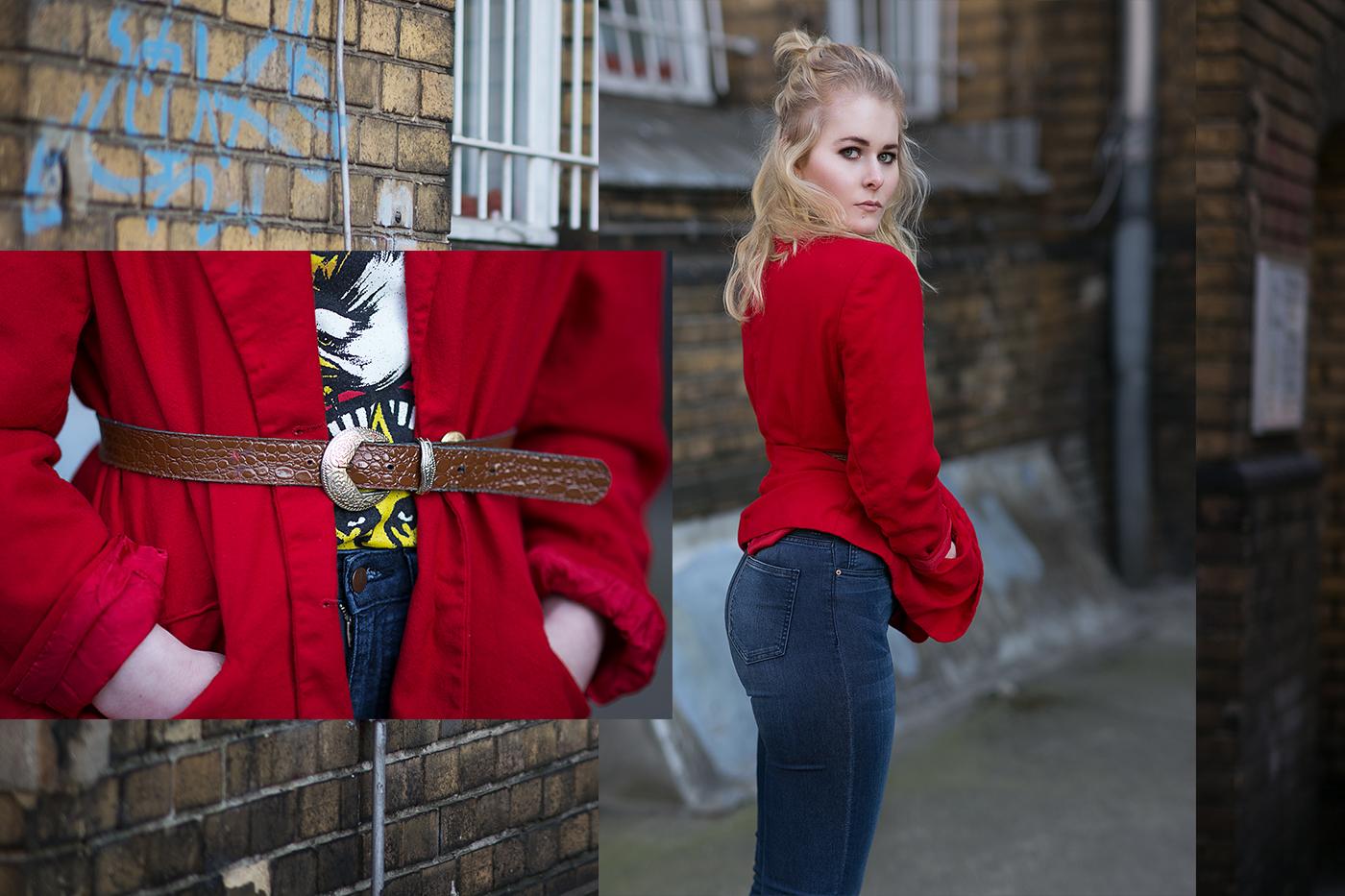 Roter Blazer im 80er Style mit Jeans und Motivshirt