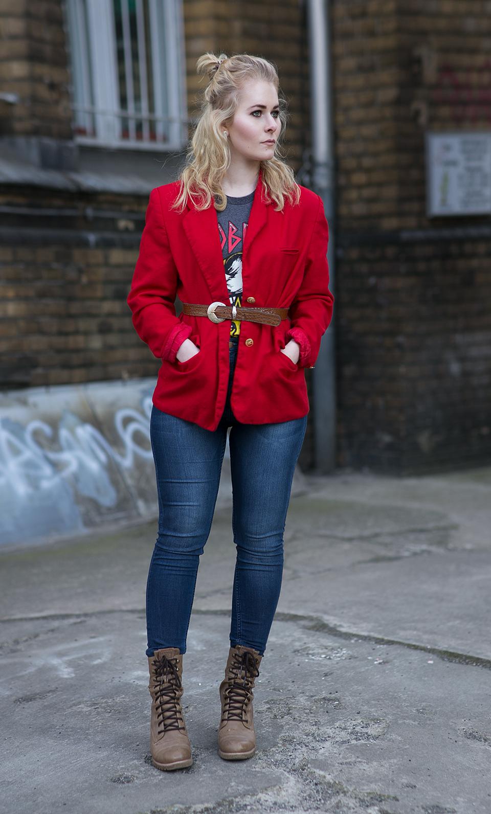 Roter Blazer im Stil der 80er mit Motivshirt