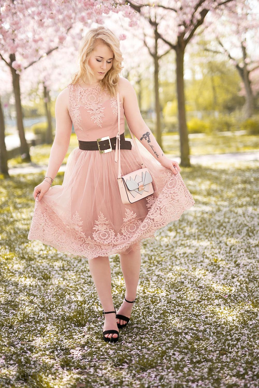 Spitzenkleid rosa mit Gürtel