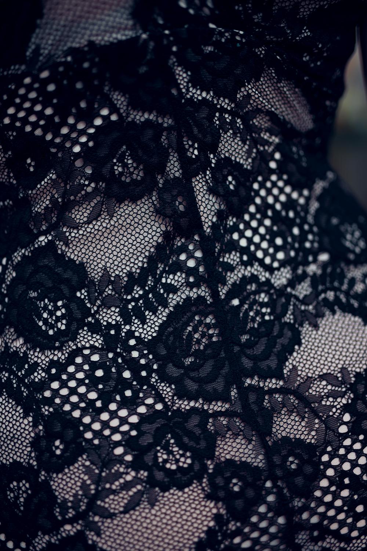 Detail schwarzes Spitzenkleid
