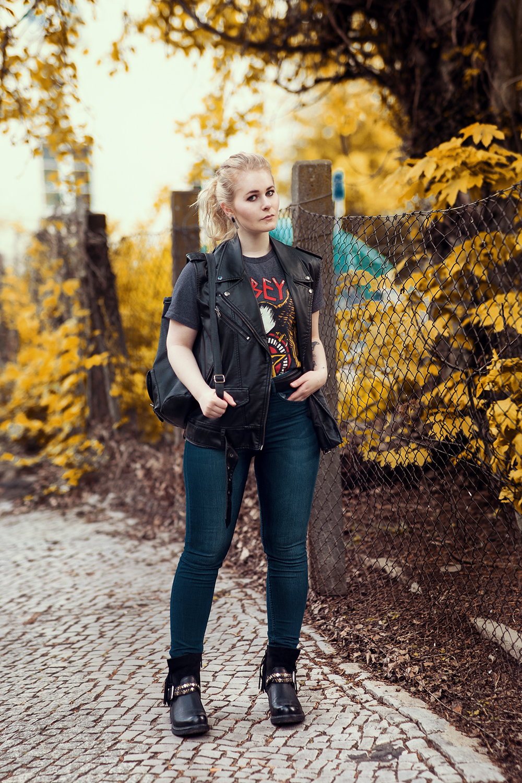 Highwaist Jeans kombiniert zu Motivshirt & Leder Weste Outfit